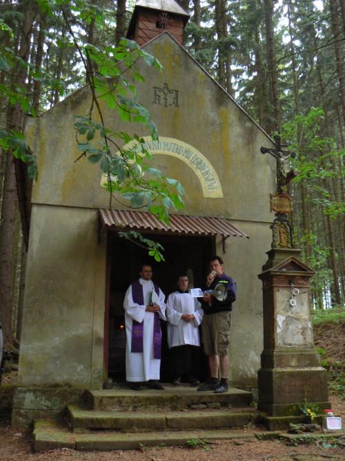 Povídání před kaplí