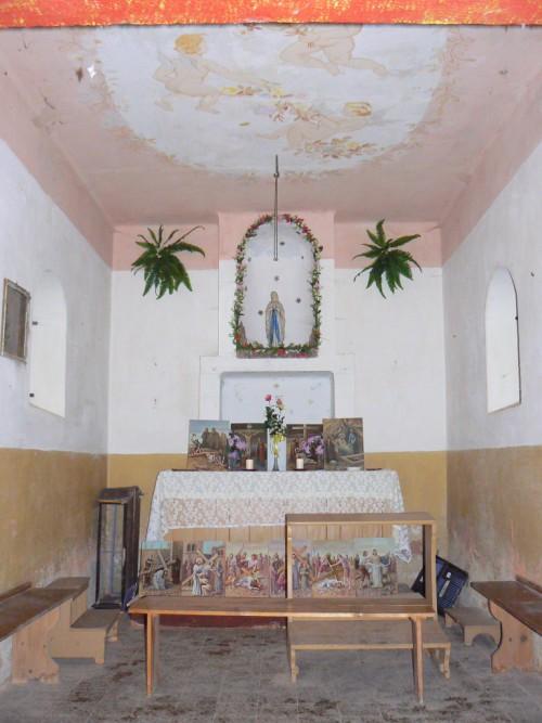 Interiér poutní kaple se soškou Panny Marie